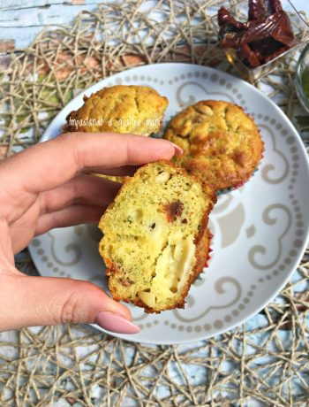 muffin al pesto con pomodori secchi e pinoli, ideali per i buffet e per antipasti sfiziosi