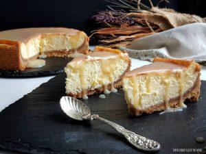 cheesecake newyorkese cotta in forno, con salsa al caramello