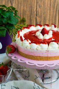 cheesecake senza forno con fragole e yogurt alla vaniglia