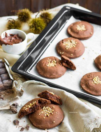 biscotti al cacao con cuore morbido al formaggio e cioccolato