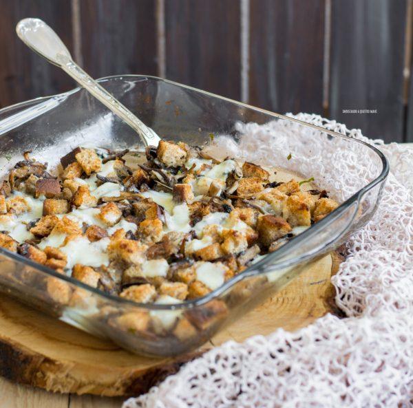 funghi gratinati al forno con crostini di pane e formaggio