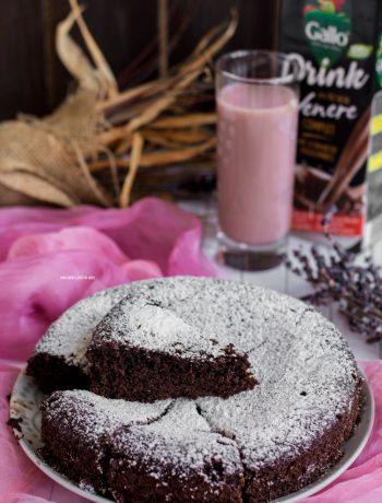 torta vegan al cacao con drink di riso venere integrale