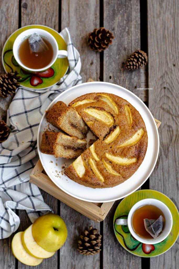 torta integrale versata con confettura di fichi e mele