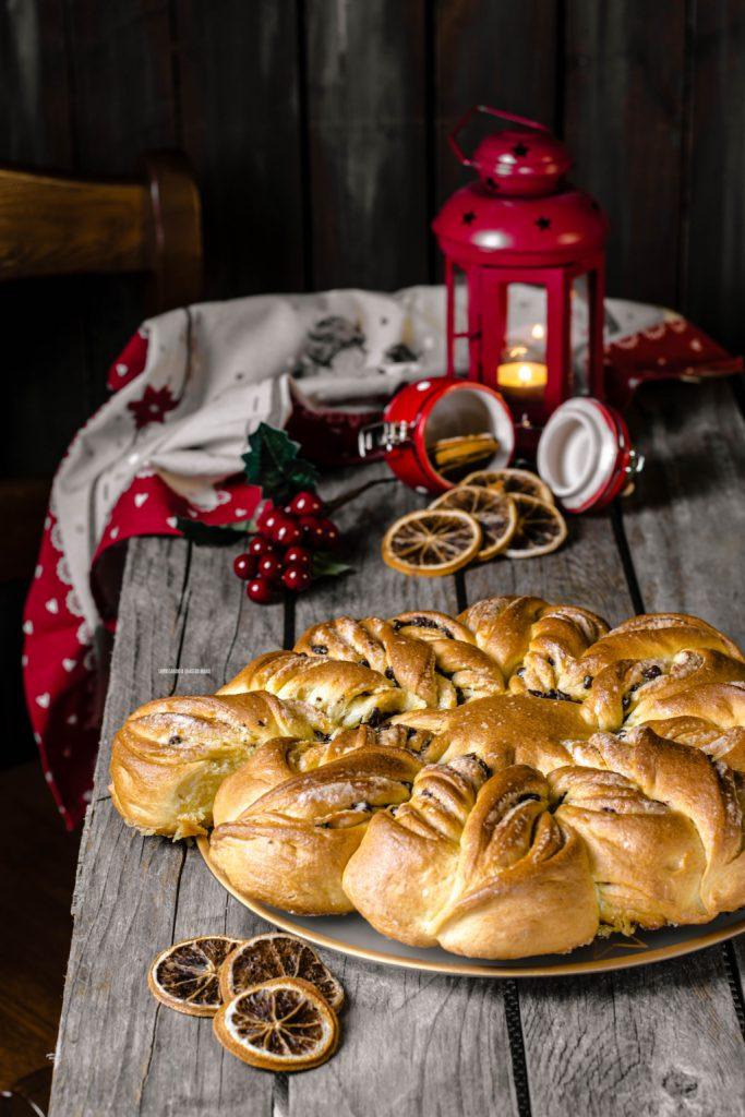 stella di natale di pan brioche con gocce di cioccolato e zucchero aromatizzato all'arancia