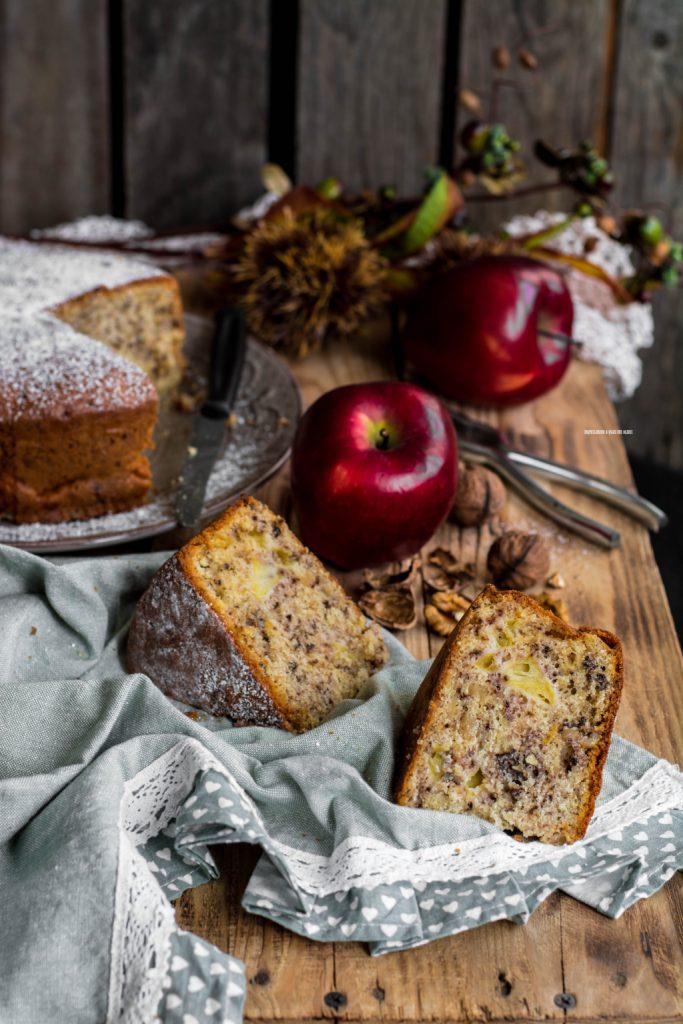 torta di mele con noci e banana nell'impasto