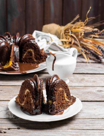 bundt cake al cioccolato con variegatura alla crema cheesecake