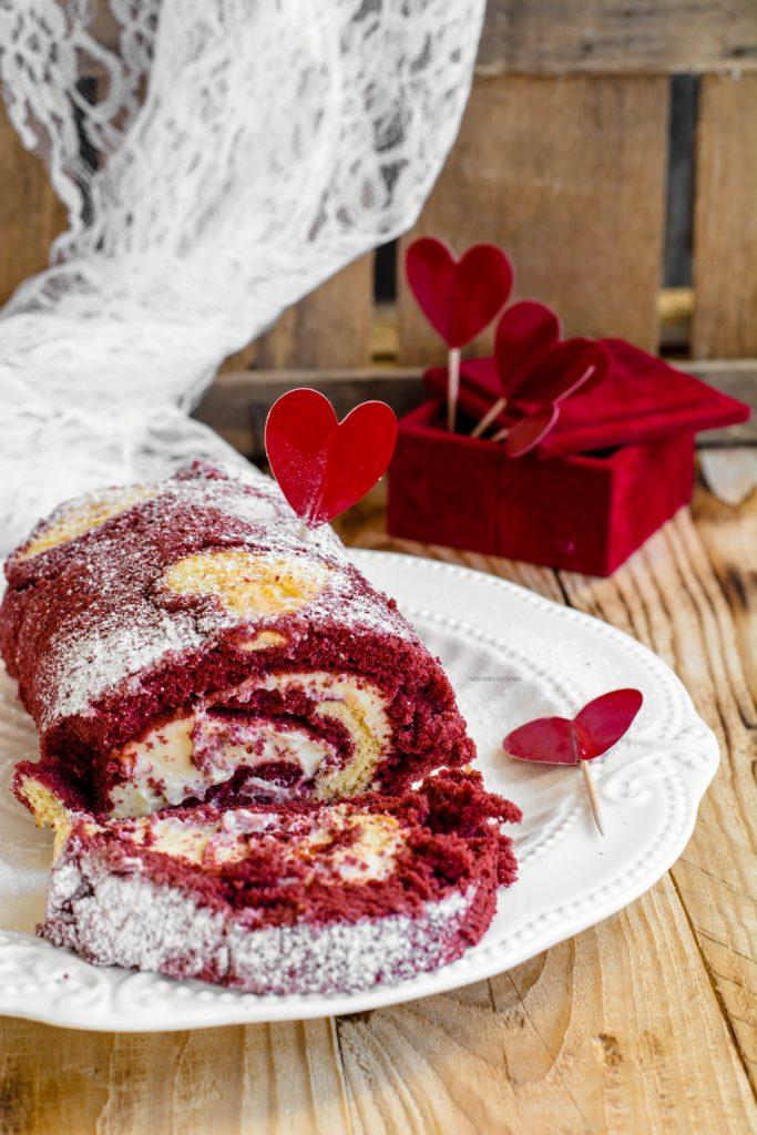 rotolo red velvet con cuori, crema al cioccolato bianco, idea per san valentino