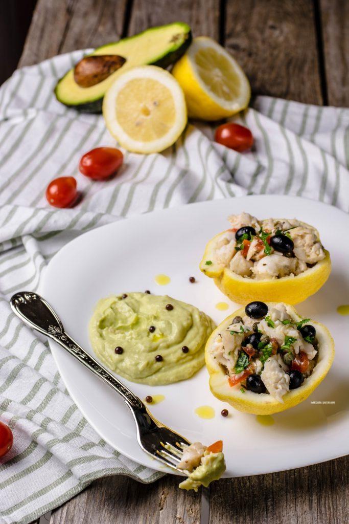 Insalata di merluzzo al vapore con salsa di avocado e yogurt