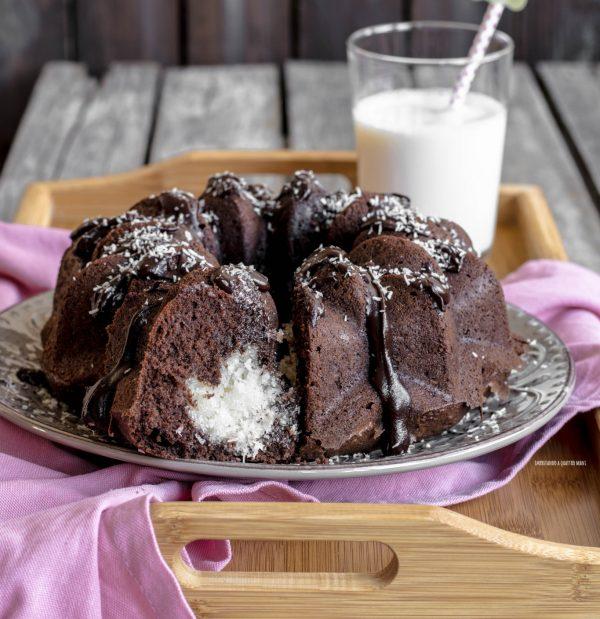 ciambella al cacao con ripieno cremoso al cocco