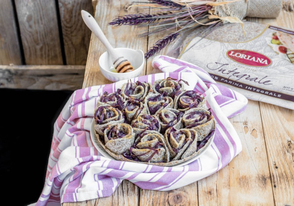torta di rose di piadine con cipolla caramellata, taleggio e miele