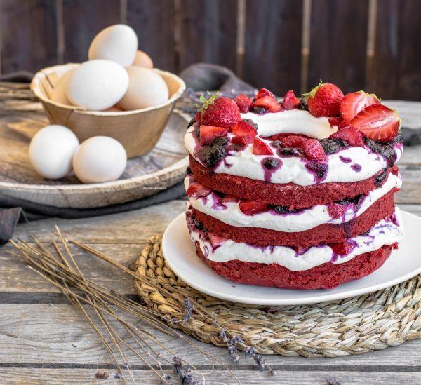 ciambella red velvet con crema allo yogurt greco, composta di mirtilli e fragole