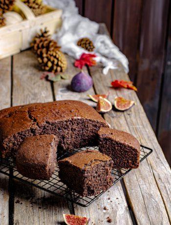 torta al cacao con fichi e gocce di cioccolato