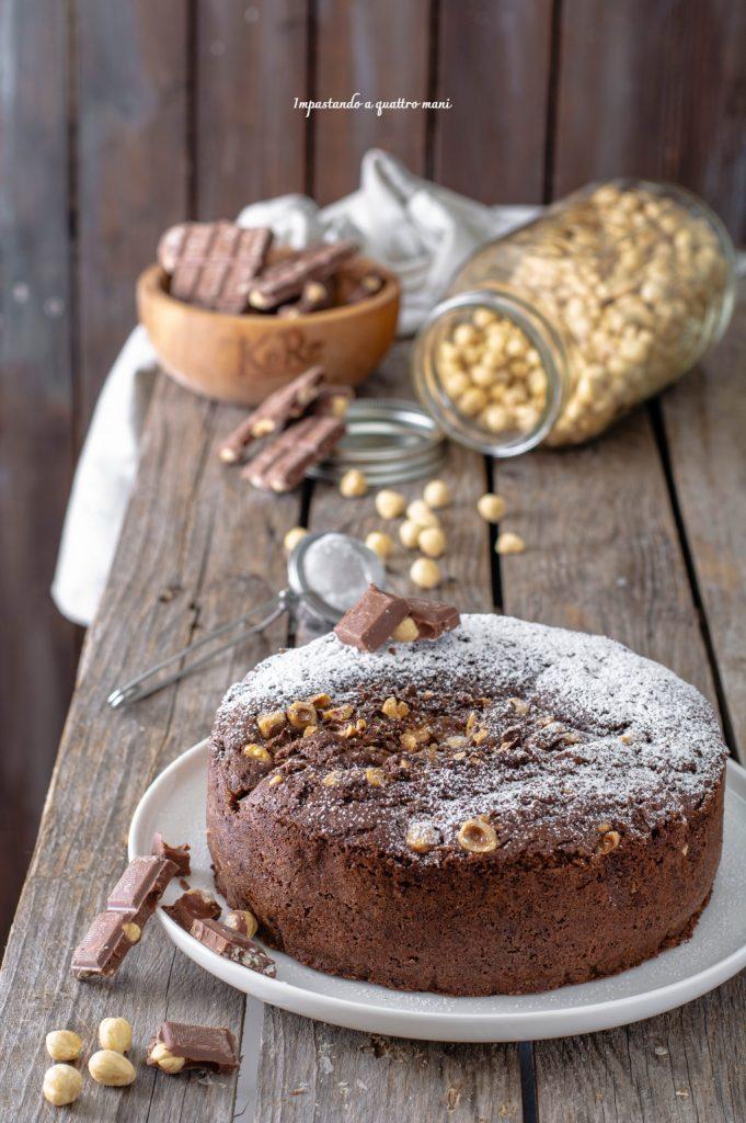 torta alla panna montata con farina di nocciole, cacao e cioccolato a pezzi