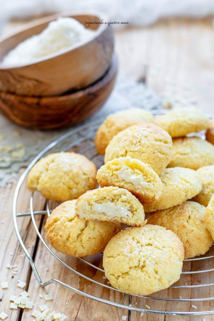 biscotti al cocco ripieni di cioccolato bianco e formaggio