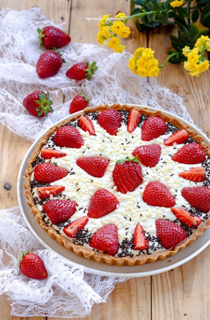 crostata con crema alla panna e fragole fresche