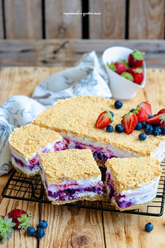 torta fredda a strati mirtilli e fragole