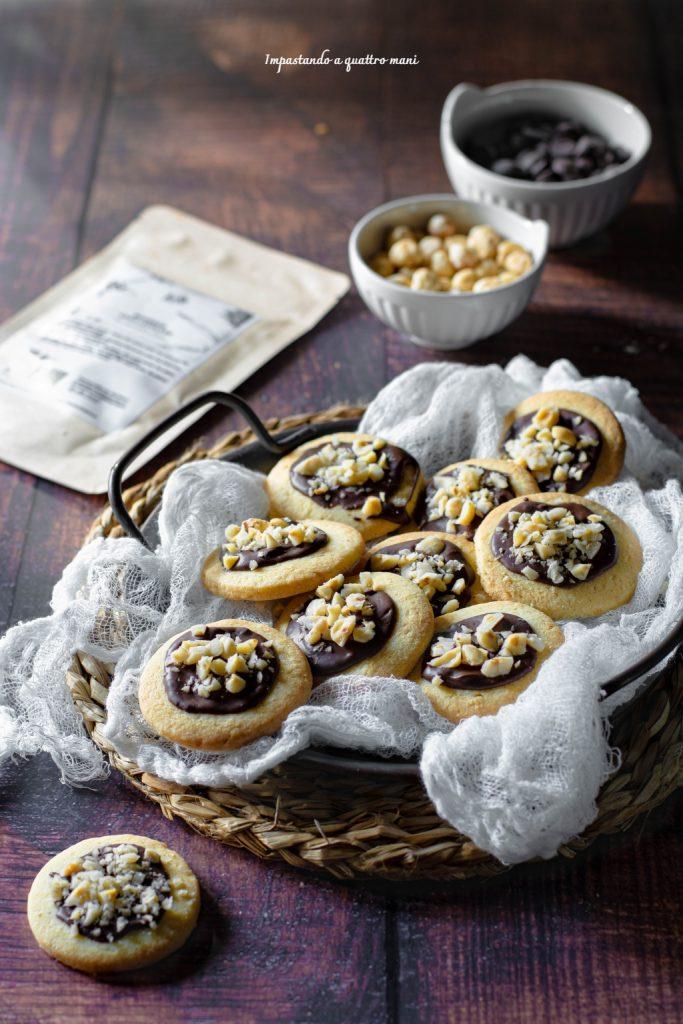 biscotti alle nocciole con vaniglia e cioccolato